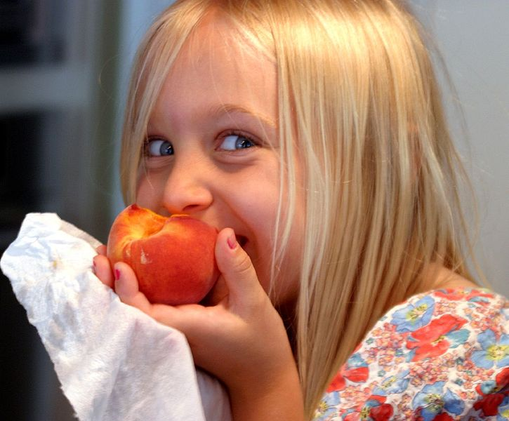 725px-Eating_a_Georgia_peach.jpg