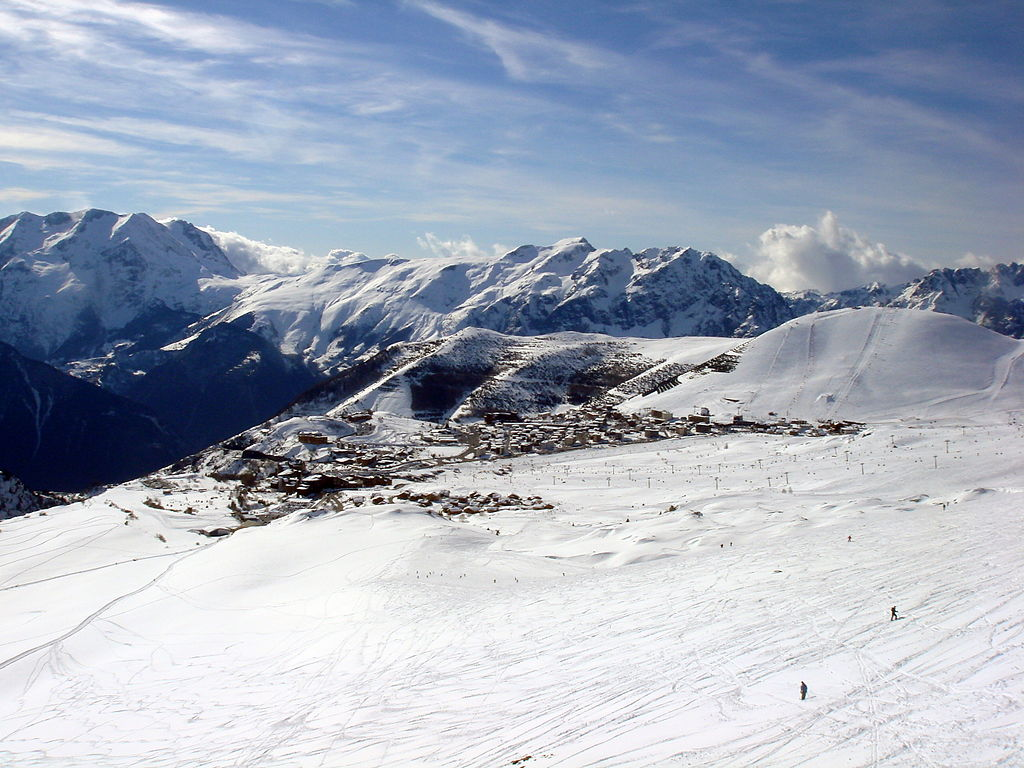 1024px-Alpe_d27Huez_resort_seen_from_Mine_de_l27Herpie_winter_2009.JPG