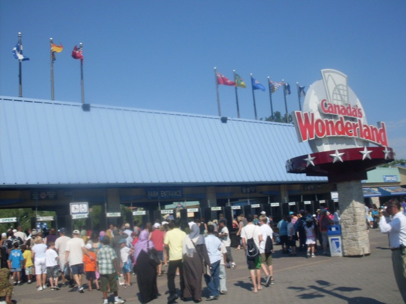 Main_entrance_of_Canadas_Wonderland_in_Vaughan_Ontario_Canada_-_20110717_1.jpg